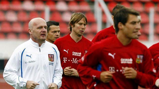 Trenér národního týmu Michal Bílek (vlevo) se svými svěřenci