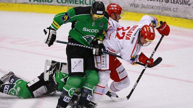 Útočník hokejistů Třince Jakub Orsava (vpravo) se snaží prosadit před obráncem Mladé Boleslavi Baldwinem
