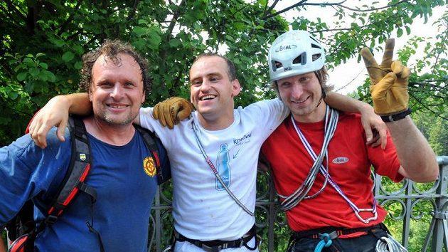 Nevidomý horolezec Jan Říha (uprostřed) zdolal ve středu se dvěma kamarády propast Macochu na Blanensku. Stal se tak jejím prvním handicapovaným pokořitelem. Vlevo Pavel Weisser, vpravo Janek Bednařík.