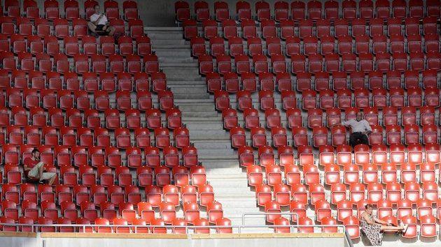 Fotbalové stadióny už zdaleka nepraskají ve švech.