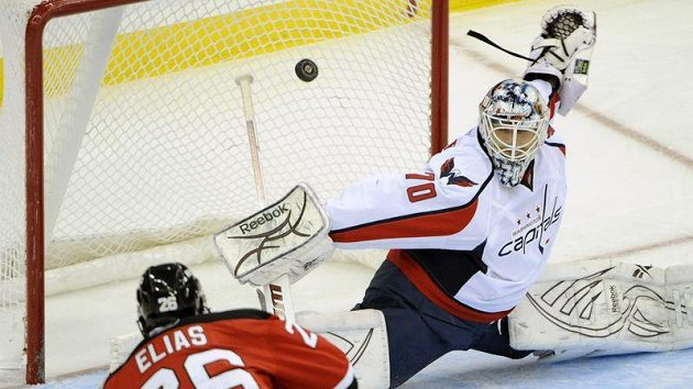 Patrik Eliáš z New Jersey Devils střílí branku gólmanovi Washinghtonu Bradenu Holtbymu.