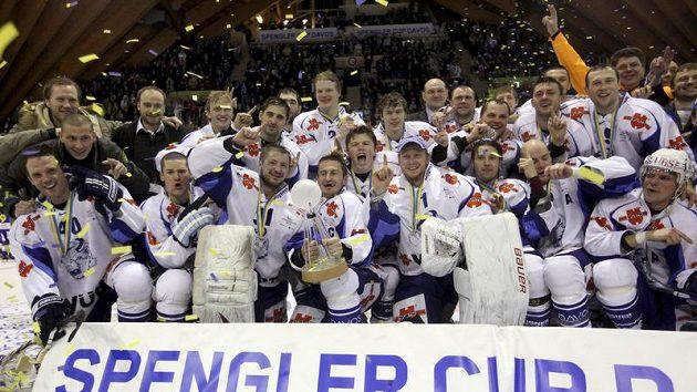 Hokejisté Dinama Minsk s trofejí pro vítěze Spengler Cupu