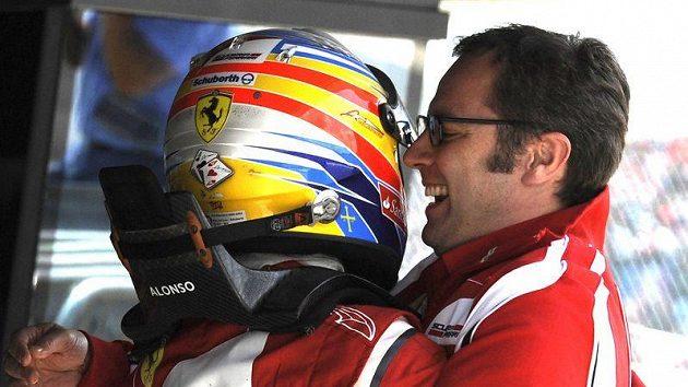 Šéf týmu Ferrari Stefano Domenicali (vpravo) oslavuje s Fernandem Alonsem triumf v Silverstonu.
