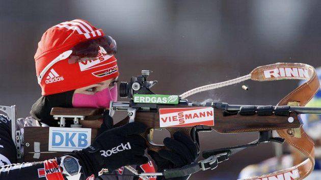 Německá biatlonistka Andrea Henkelová při střelbě ve Fort Kentu