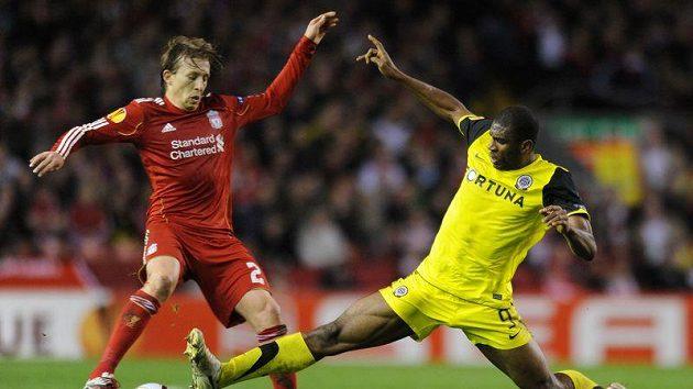 Souboj liverpoolského Lucase (vlevo) se sparťanem Kweukem. Kamerunec může jen litovat, že Liverpoolu žádný gól nedal...