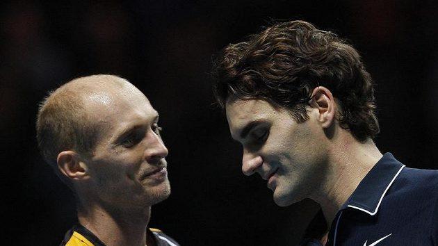 Nikolaj Davyděnko (vlevo) a Roger Federer po vzájemném zápase