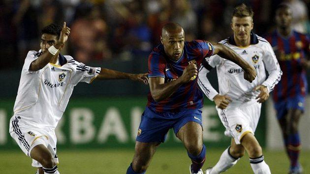 Útočník Barcelony Thierry Henry (uprostřed) uniká A.J. DeLaGarzovi (vlevo) a Davidu Beckhamovi z Los Angeles Galaxy.