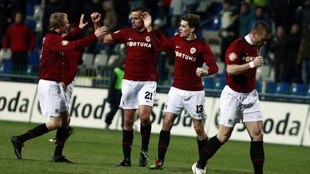 Fotbalisté Sparty se radují z branky do sítě Mladé Boleslavi.