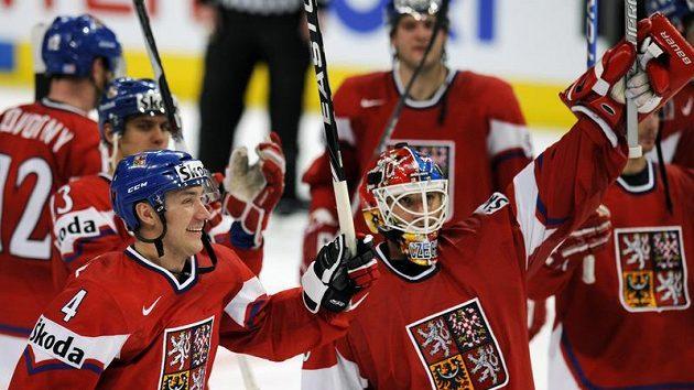 Karel Rachůnek (vlevo) a Tomáš Vokoun oslavují výhru nad Švédskem