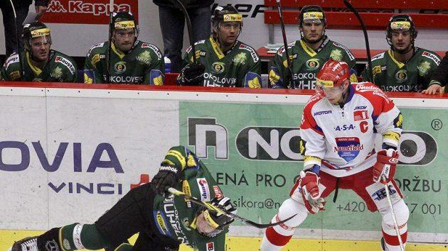 František Ptáček z Českých Budějovic (vpravo) bojuje o puk s Michalem Mikeskou z Karlových Varů