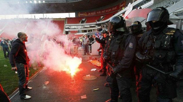 Policisté při protestech fanoušků v Edenu.