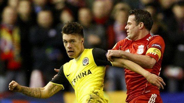 Václava Kadlece ze Sparty (vlevo) brání Jamie Carragher z Liverpoolu