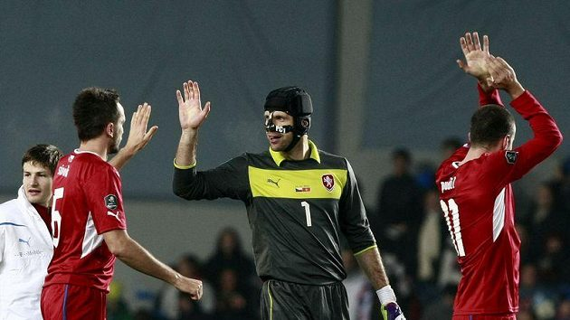 Tomáš Sivok (vlevo) a Petr Čech oslavují vítězství nad Černou Horou.