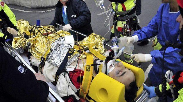 Záchranáři transportují těžce zraněného jezdce Roberta Kubicu do nemocnice Santa Corona v Pietra Ligure.