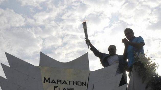 Slavnostní zapalování ohně při maratónu v indické Bomabaji.