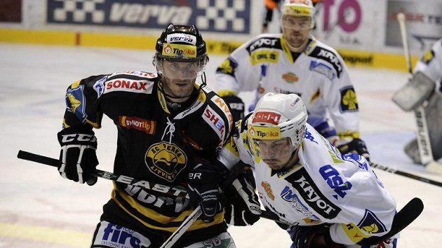 Ilustrační foto: Viktor Hübl z Litvínova (vlevo) a brněnský hráč Radim Hruška.