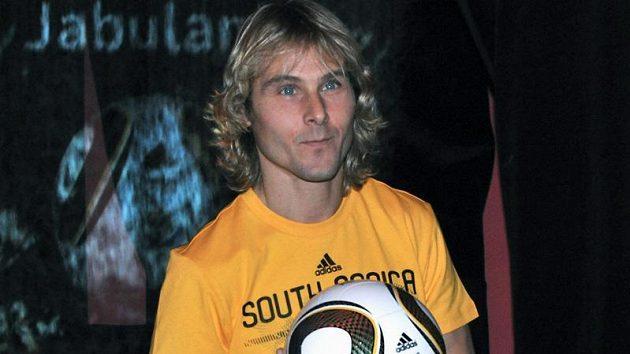 Pavel Nedvěd představil v Praze míč pro nadcházející mistrovství světa ve fotbale nazvaný Jabulani.