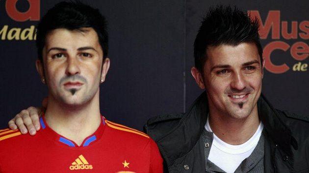 """Který je který...? Fotbalista David Villa (vpravo) se svým """"dvojníkem"""" v muzeu voskových figurín v Madridu."""