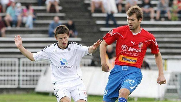 Václav Pilař (vlevo) z Hradce rozhodl zápas s Jabloncem