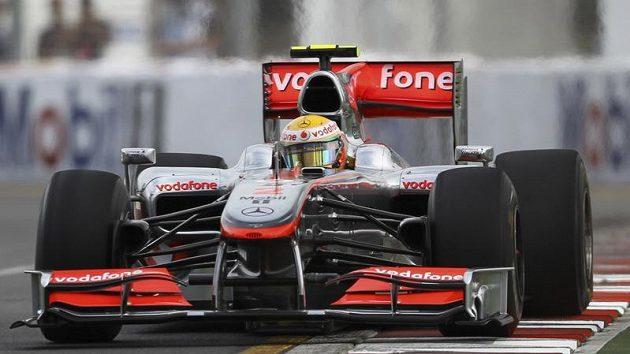 Lewis Hamilton s vozem McLaren při tréninku na GP Austrálie.