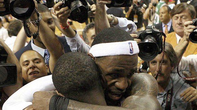 Strůjci vítězství Miami v objetí. LeBron James a Dwyane Wade po postupu do semifinále.