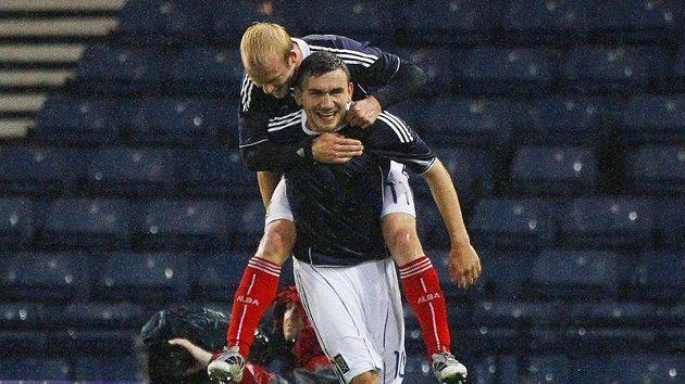 Robert Snodgrass se spoluhráčem Naismithem na zádech slaví gól Skotů v zápase proti Dánsku