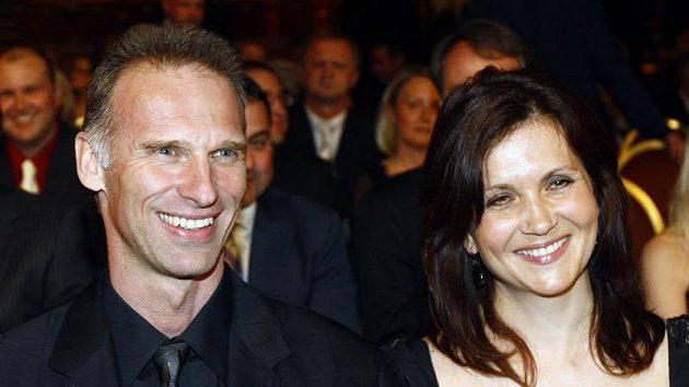 Brankář Dominik Hašek s manželkou