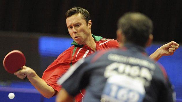 Stolní tenista Petr Korbel (zády) při utkání s Vladimírem Samsonovem z Běloruska.