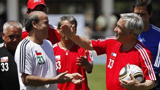 Prezident Chile Sebastian Pinera (vpravo) a jeden ze zachráněných horníků Franklin Lobos