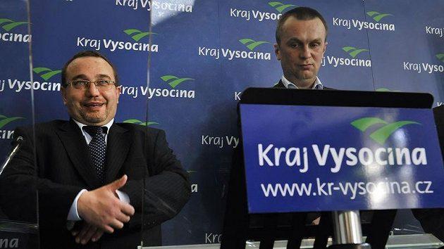 Ministr školství Josef Dobeš (vlevo) .
