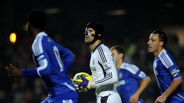 Brankář Chelsea Petr Čech s maskou chránící zlomený nos