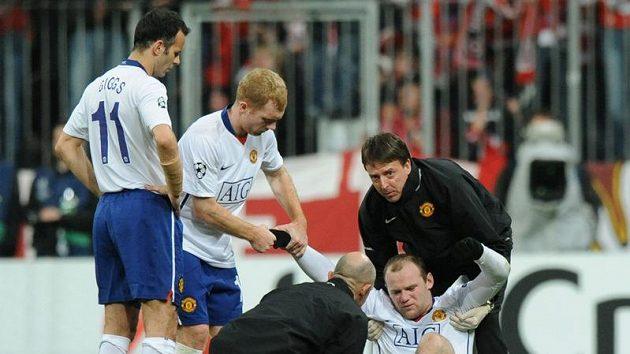 Zraněný Wayne Rooney na stadióně v Mnichově.