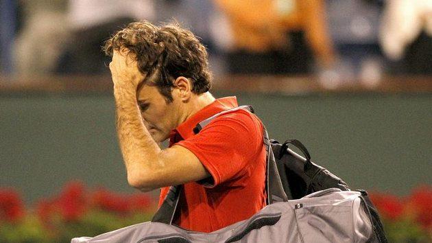 Zklamaný Roger Federer opouští po vyřazení Kypřanem Marcosem Baghdatisem kurty v Indian Wells.