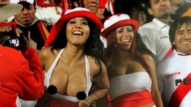 Dvě vášnivé peruánské fanynky Dayisi Araudo a Irina Grandez uvedly celý stadion v San Juanu do varu.