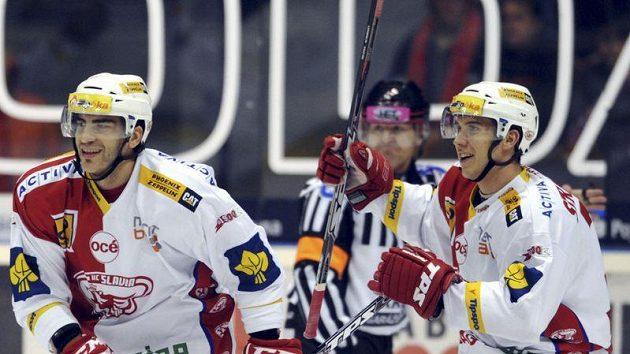 Hokejisté Slavie Petr Jelínek (vlevo) a Jiří Doležal se radují z branky.