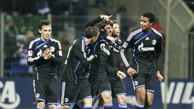 Jan Morávek v dresu Schalke (uprostřed) se raduje se svými spoluhráči z branky.