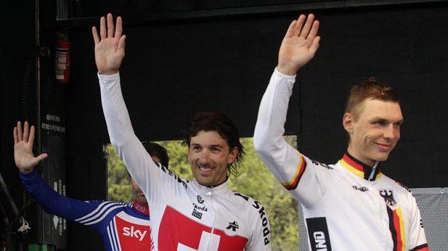 Śvýcar Fabian Cancellara (uprostřed) na stupních vítězů. Vpravo druhý v časovce Němec Tony Martin.