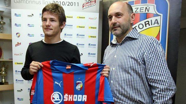 Šéf plzeňského klubu Tomáš Paclík (vpravo) po boku nové posily Václava Pilaře.