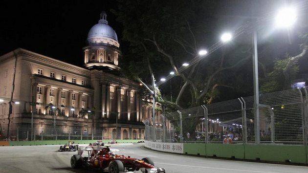 Fernando Alonso na trati singapurské velké ceny, nočního závodu F1.