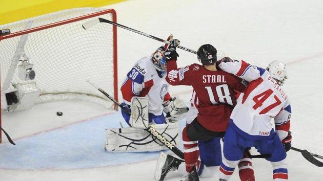 Kanadský útočník Marc Staal střílí gól do norské sítě.