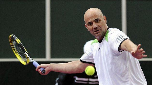 Bývalý tenista Andre Agassi během pražské exhibice proti Jiřímu Novákovi.