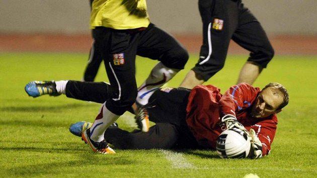 Obličej nastavuje brankář nebezpečným střetům prakticky neustále - jako Jaroslav Drobný na tréninku národního týmu.