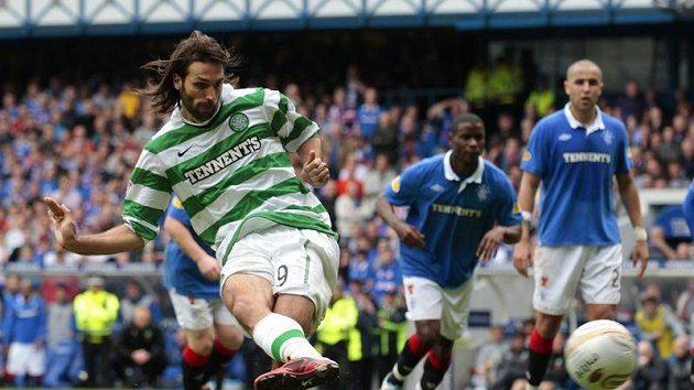 Georgios Samaras z Celtiku zahrává penaltu proti Rangers.