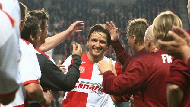 Vladimír Šmicer prochází špalírem gratulantů.
