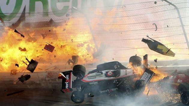 Závod série IndyCar v Las Vegas měl tragickou tečku. Při hromadné havárii 15 vozů utrpěl smrtelná zranění britský pilot Dan Wheldon.