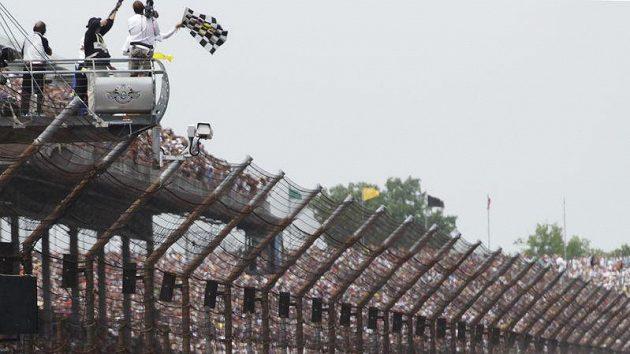 JR Hildebrand (vlevo) brousí svůj vůz o zeď a pro triumf v závodu 500 mil Indianapolis si jede Dan Wheldon.