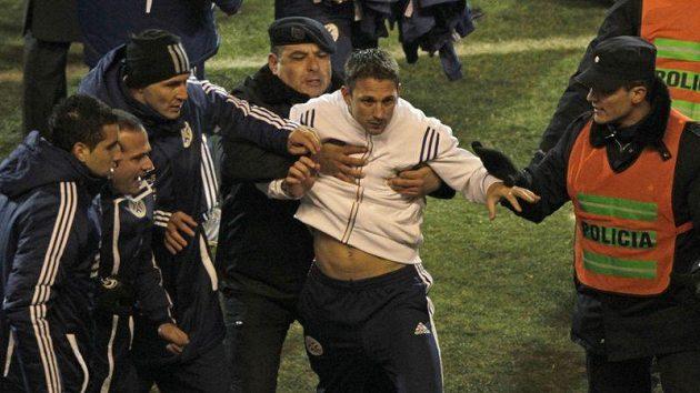 Policisté pacifikují člena venezuelského týmu, který se zapojil do bitky s Paraguayí po semifinále mistrovství Jižní Amriky.