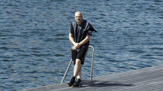 Trenér Jakub Dovalil ve vzácné chvíli klidu u vody.