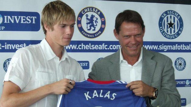 Olomoucký stoper Tomáš Kalas (vlevo) dostává od sportovní ředitele Franka Arnesena dres Chelsea.