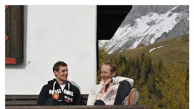 Běžci na lyžích Martin Jakš (vlevo) a Lukáš Bauer během soustředění na Dachsteinu.
